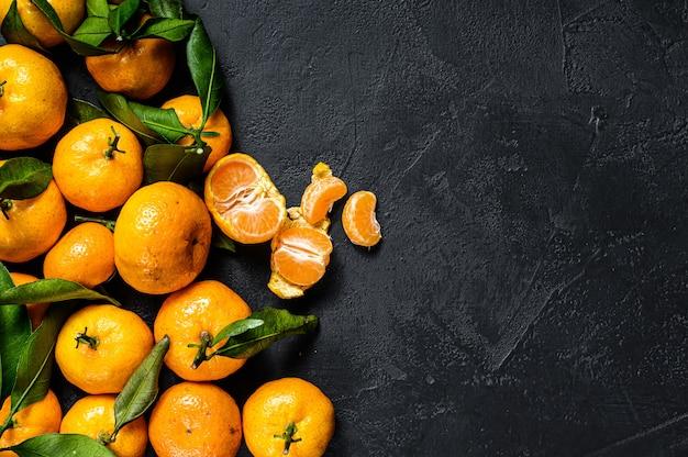 Мандарины, мандарины с листьями. Premium Фотографии