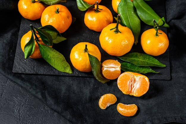 Мандарины с листьями. Premium Фотографии