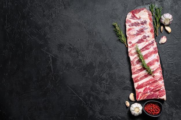 Свежие сырые свиные ребрышки. Premium Фотографии