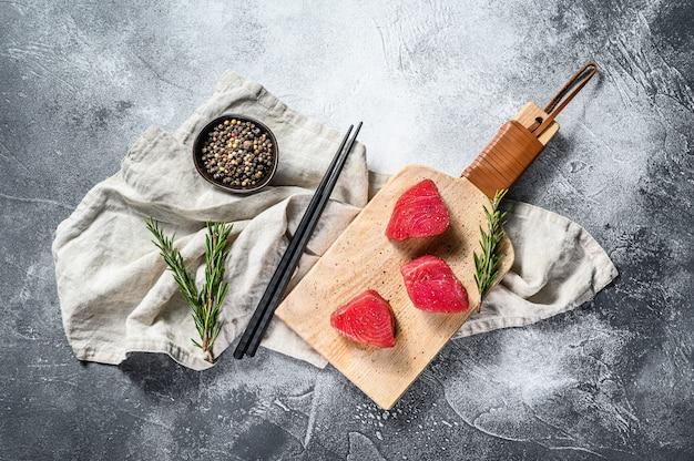 生赤マグロのステーキ。灰色の背景。上面図。テキスト用のスペース Premium写真