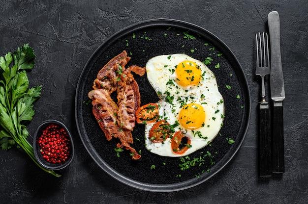 ベーコンと目玉焼き。ホテルでのクラシックな朝食。上面図 Premium写真