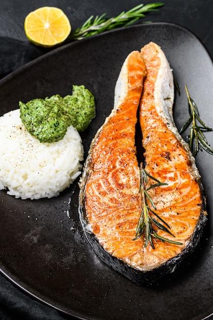 ご飯とほうれん草を添えたグリルサーモンステーキ上面図 Premium写真