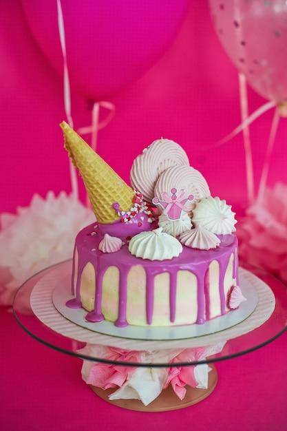マシュマロとアイスクリームのチューブとピンクのケーキ Premium写真