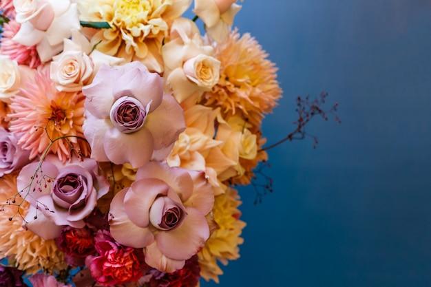 バラ、アスター、ダリア、カーネーションのフラワーアレンジメント Premium写真