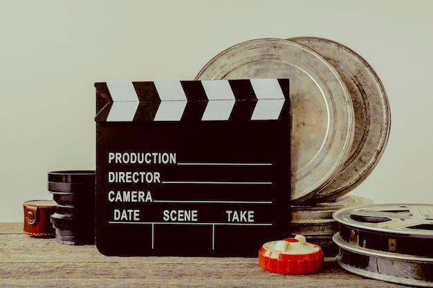 カチンコ、フィルムとレンズが入ったブリキの箱 Premium写真
