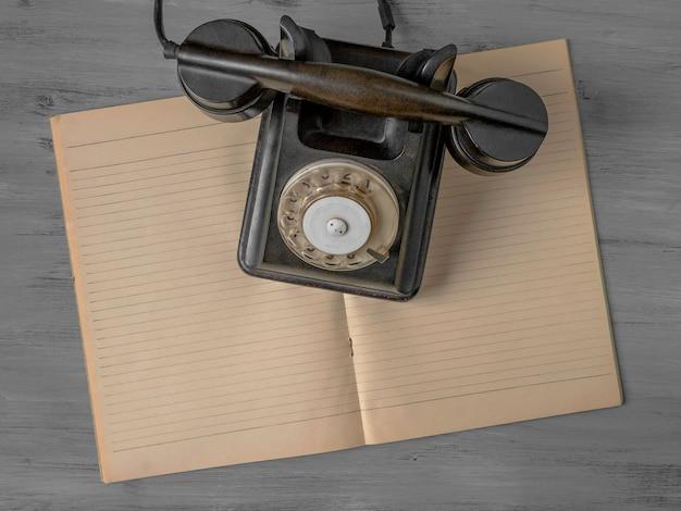 黒い古い電話 Premium写真