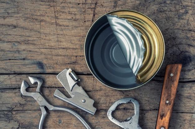 ブリキ缶を開く Premium写真