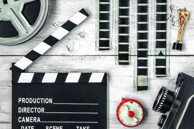 カチンコ、リール、フィルム、古いムービーカメラ Premium写真