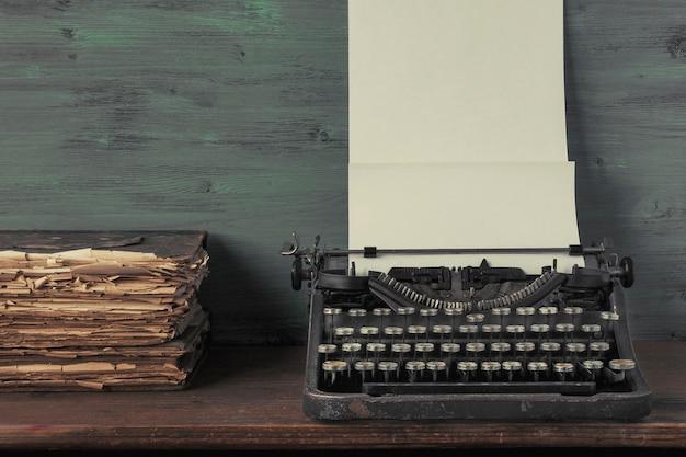 紙と古書のタイプライター Premium写真
