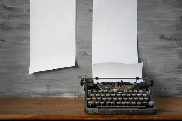 古いタイプライターはテーブルの上にあります Premium写真