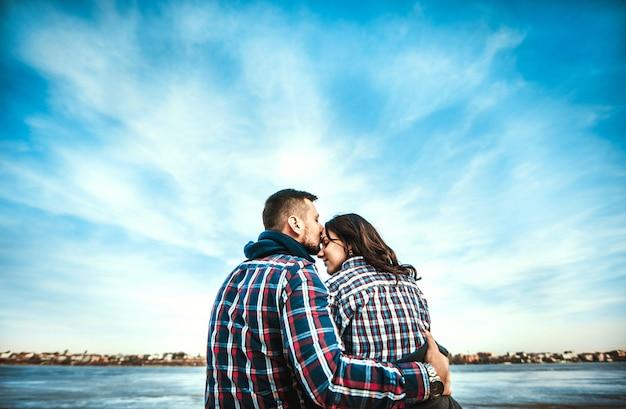 ビーチで屋外若い幸せなカップル Premium写真