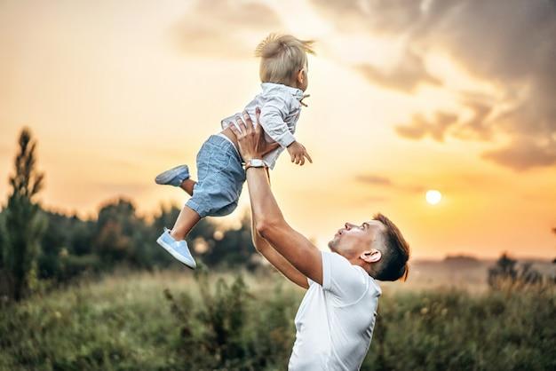 Отец и его маленький сын весело проводят время на свежем воздухе Premium Фотографии