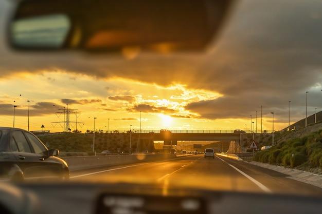 男は内側からの眺めと車を運転します。 Premium写真