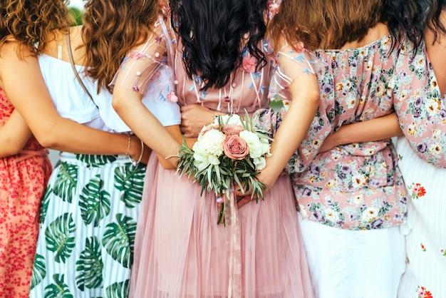 ヘンパーティー、背面図で女の子のグループ。 Premium写真