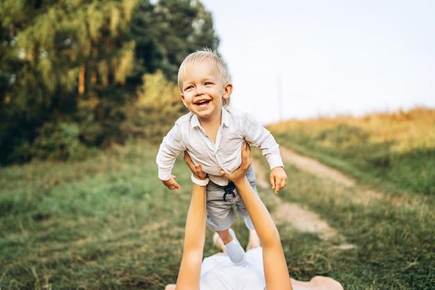 母と彼女の幼い息子は屋外で楽しんでいます Premium写真