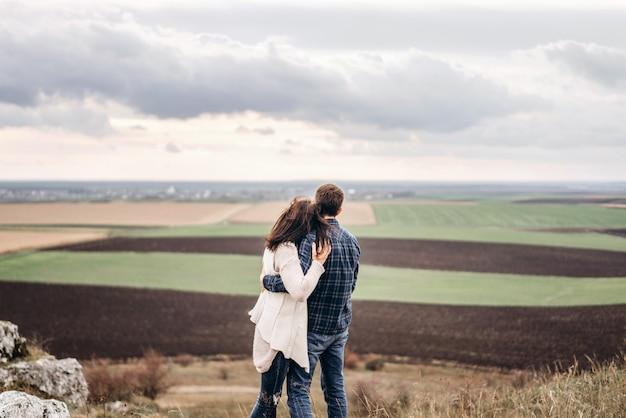 ロマンチックな可愛いカップルの屋外は、一緒に時間を過ごすことを楽しんでいます。 Premium写真