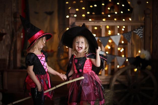 Смешные дети девочки в костюме ведьмы на хэллоуин Premium Фотографии