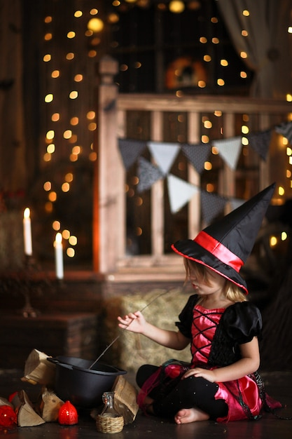 Маленькая колдунья в костюме и шляпах с заклинаниями, детский хэллоуин, Premium Фотографии