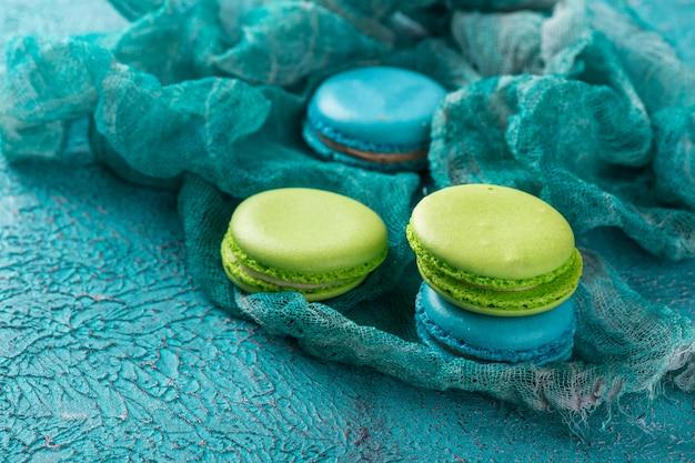 ケーキマカロンまたはマカロン、カラフルなアーモンドクッキー。 Premium写真