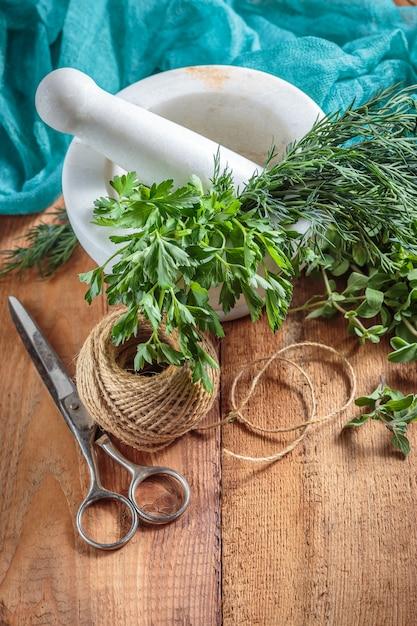 Пряный травяной майоран на деревянном столе Premium Фотографии