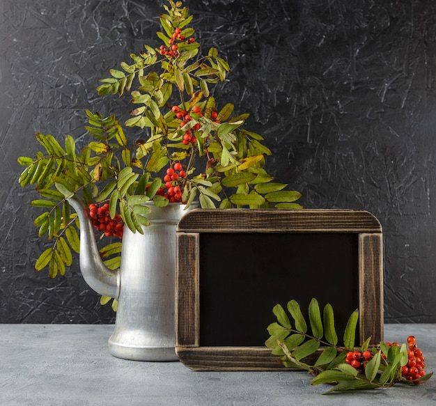 ナナカマドの秋の静物 Premium写真