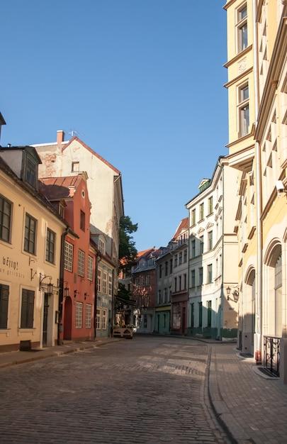 Улица старого города риги, латвия Premium Фотографии