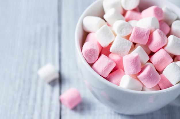 Розовые и белые зефиры Premium Фотографии