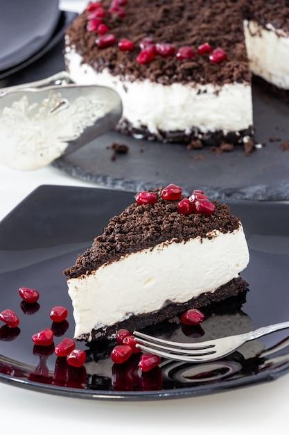 Кусок вкусного ванильного шоколадного чизкейка. Premium Фотографии