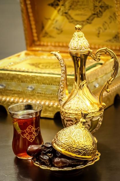 ダラ、カップ、デートをセットにした伝統的な豪華なアラビア風コーヒーのある静物。ラマダンのコンセプトです。 Premium写真