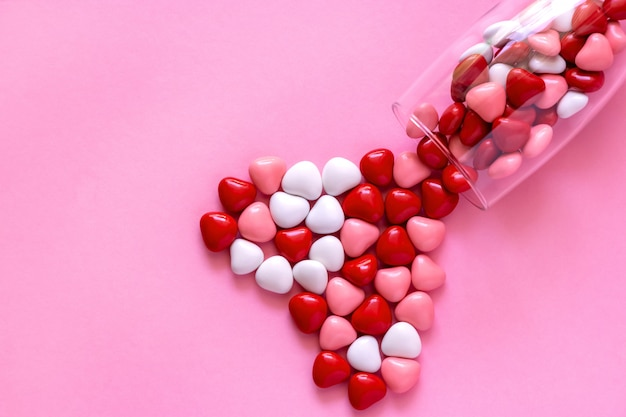 ハートの形のお菓子や丸薬。コンセプトバレンタインデー。 Premium写真