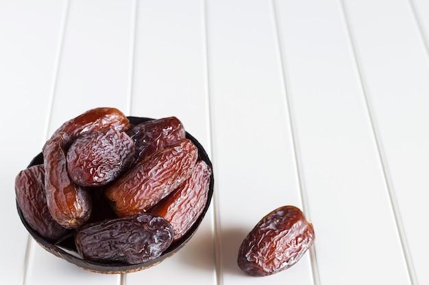 新鮮なナツメヤシの木のココナッツボウル。 Premium写真