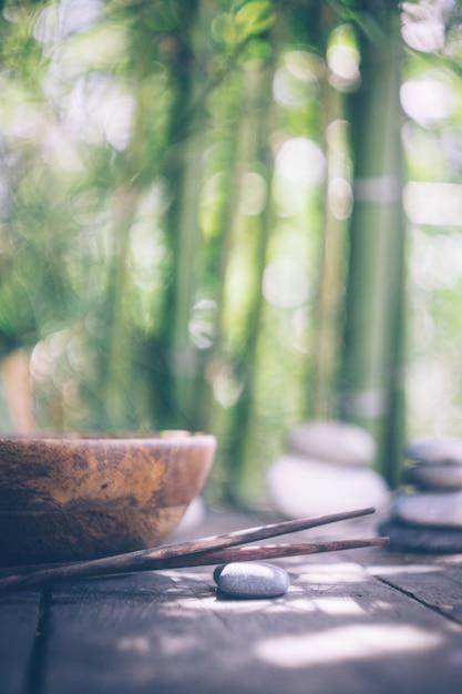 空の木製ボウルと木製の箸を使ったデトックス食品 Premium写真