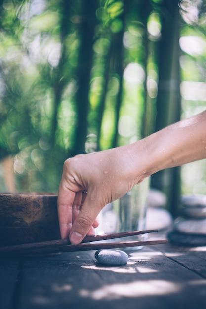 空の木製のボウルと手で解毒食品 Premium写真
