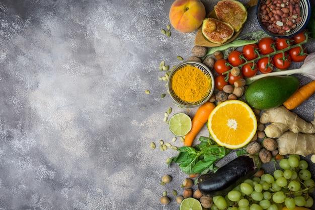 秋の野菜と果物。健康的な季節の食べ物 Premium写真