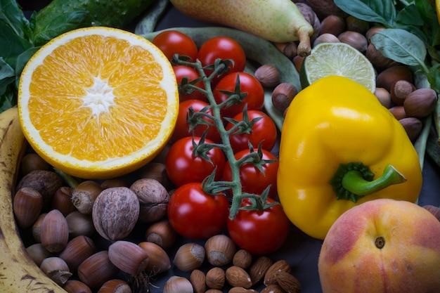 健康食品の背景、有機食品のフレーム。健康的な料理の材料:野菜、果物、ナッツ、スパイス Premium写真