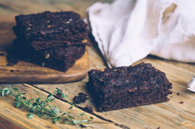 ビーガンズッキーニフラワーレスパレオとカボチャのブラウニー(ケト、低炭水化物、グルテンフリー) Premium写真