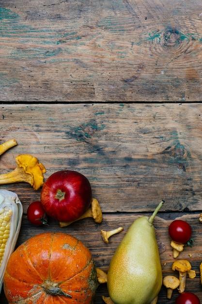 秋の季節野菜と果物:カボチャ、ナシ、リンゴ、トウモロコシ、アンズタケ Premium写真