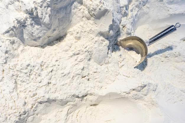 小麦粉の背景。スーパーマーケットでの小麦粉の重量 Premium写真