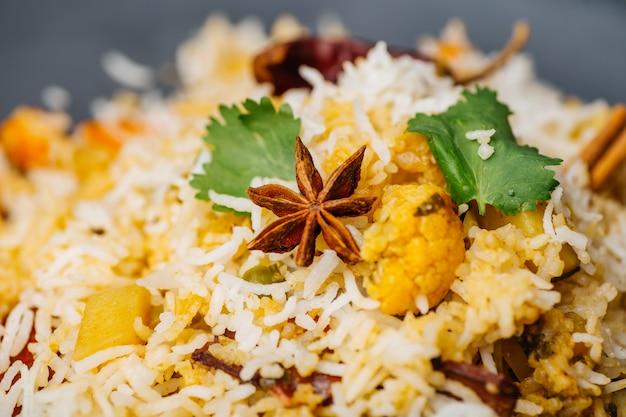 ビリヤニライス(野菜ビリヤニ)。インドのバスマティライス、カレー野菜、スパイス。インドの台所 Premium写真