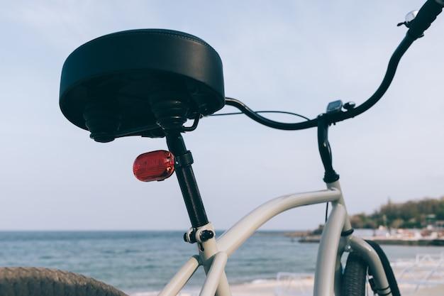 灰色の男性スチールクルーズバイクの詳細 Premium写真