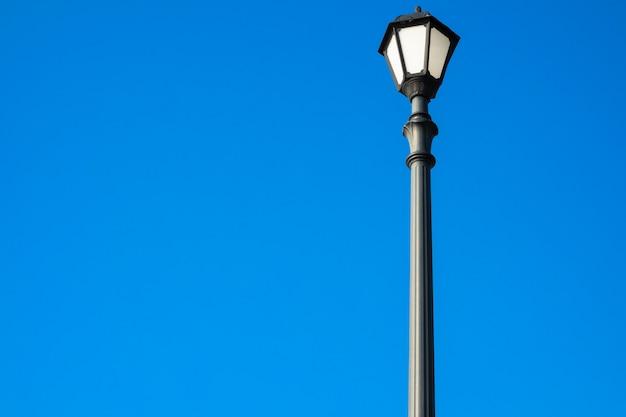 青色の背景にレトロな街路灯 Premium写真