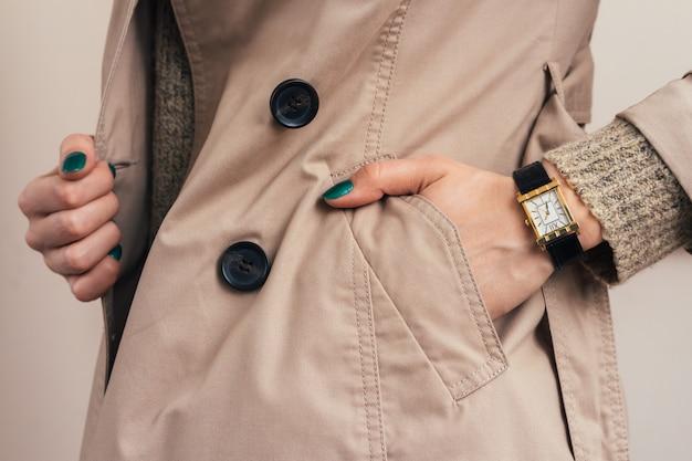 女性はコートポケットに手を入れた Premium写真