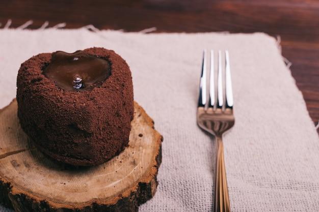 チョコレートデザートとフォークをテーブルの上のクローズアップ Premium写真