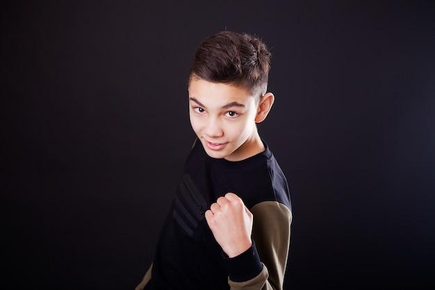 はい、幸運な成功した少年は叫んで、握りこぶしで、勝利の表情をしています Premium写真
