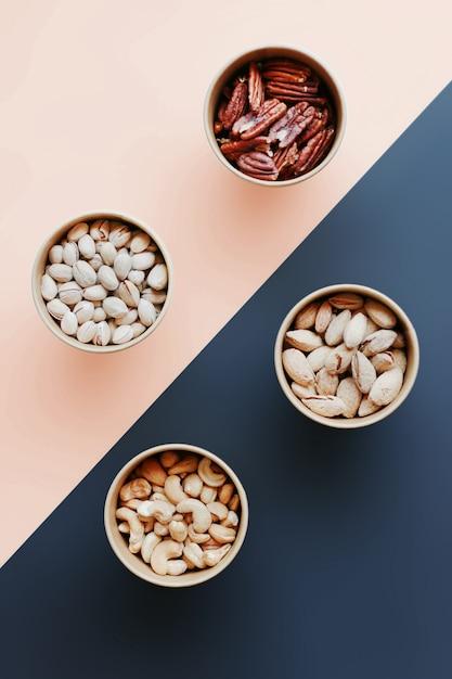 Фисташки, арахис, пекан, кешью в коробках Premium Фотографии