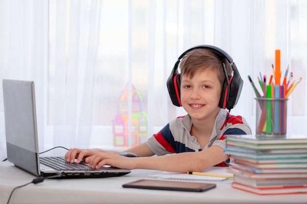 Дистанционное обучение ребенок написание домашнее задание с цифровой планшет. концепция онлайн образования. Premium Фотографии