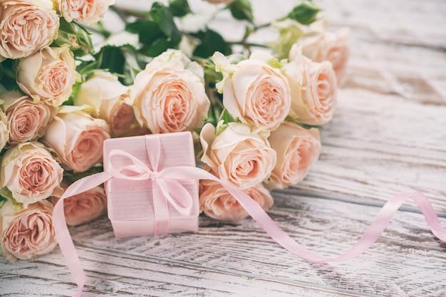Розовые розы цветы и подарок или настоящее окно розовый фон. Premium Фотографии