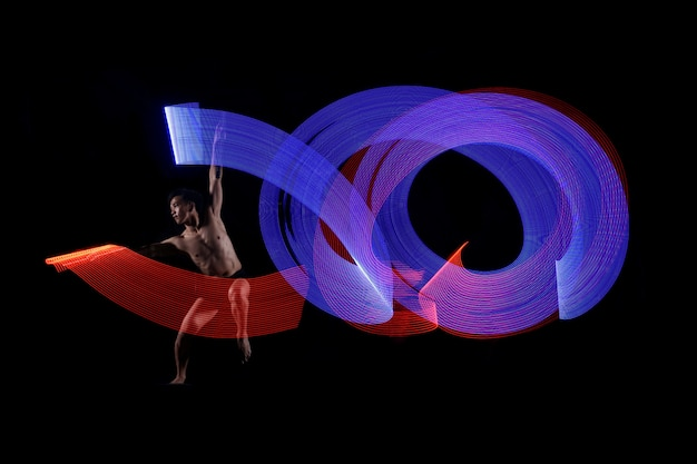 青と赤のライト効果で踊る若い男のバレエ Premium写真