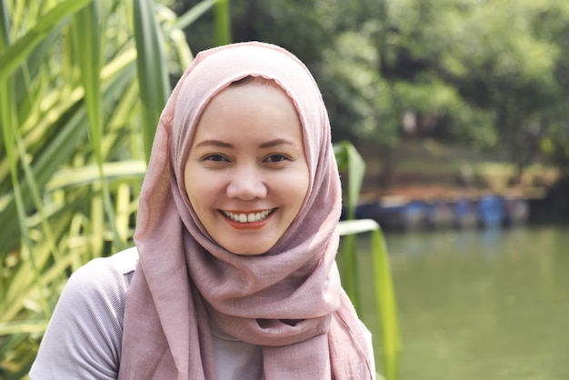 スマイリーフェイスとヒジャーブの若いアジアのイスラム教徒の女性 Premium写真