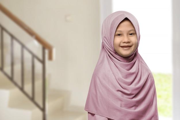 ヒジャーブと小さなアジアのイスラム教徒の少女 Premium写真